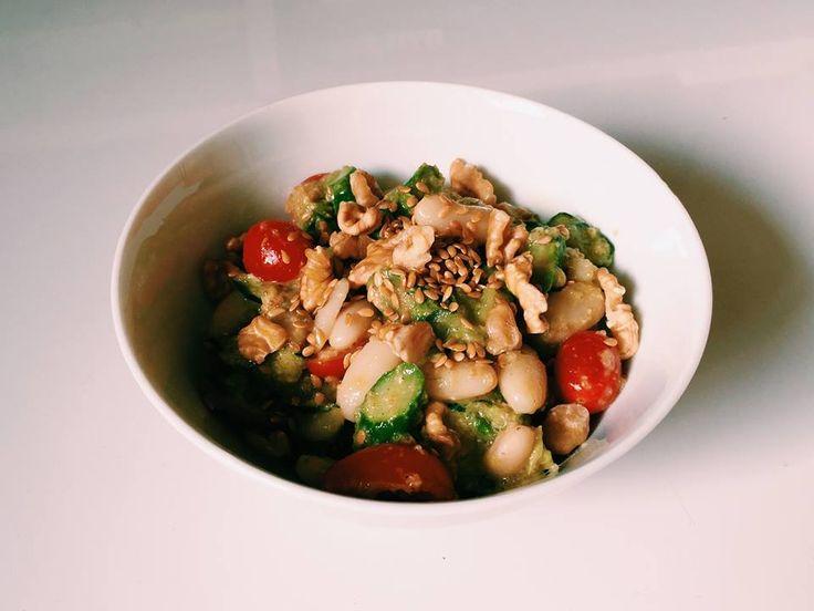 #33: Salada de feijão branco com aspargos – Ingredientes: feijão branco cozido amaranto cozido aspargos salteados em pedaços tomate cereja pepino fatiado abacate...