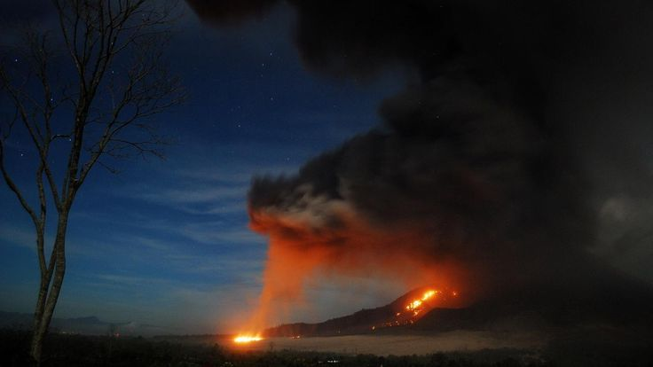Vrijdag 10 oktober 2014: Lava stroomt uit de vulkaan Sinabung op het Indonesische eiland Sumatra. De vulkaan is al vijf dagen actief.