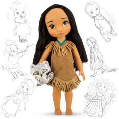 Disney doll,....  Pocahontas som liten flicka med böljande svart hår. Dockan har en fransklänning och tvättbjörnen Meeko som sällskap.