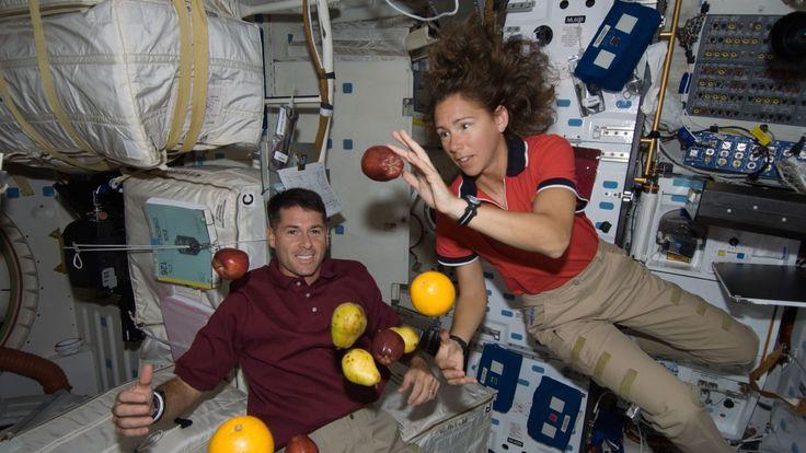 Cozinhar no espaço Ao longo dos anos, o Laboratório de Sistemas de Comida Espacial, no Centro Espacial Johnson em Houston, – o grupo responsável por garantir que os astronautas tenham comida no espaço – tem produzido uma lista de 200 comidas espaciais essenciais.