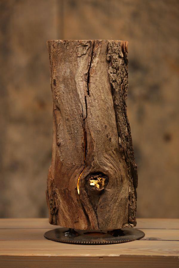 Robinienlampe   Sie wurde aus einem Stück gespaltenem Robinienholz gefertigt, die Holzhälften werden jeweils mit zwei Stiften in ihrer Position gehalten. Die Halterungen sind auf einem alten Sägeblatt aufgeschweißt. Im unterem teil des Holzes wurde zwischen den Holzhälften eine kleine LED GU5.3 12 Volt Fassung eingearbeitet, diese ist mit einer flachen 2 Watt LED Birne in warm-weiß bestückt.