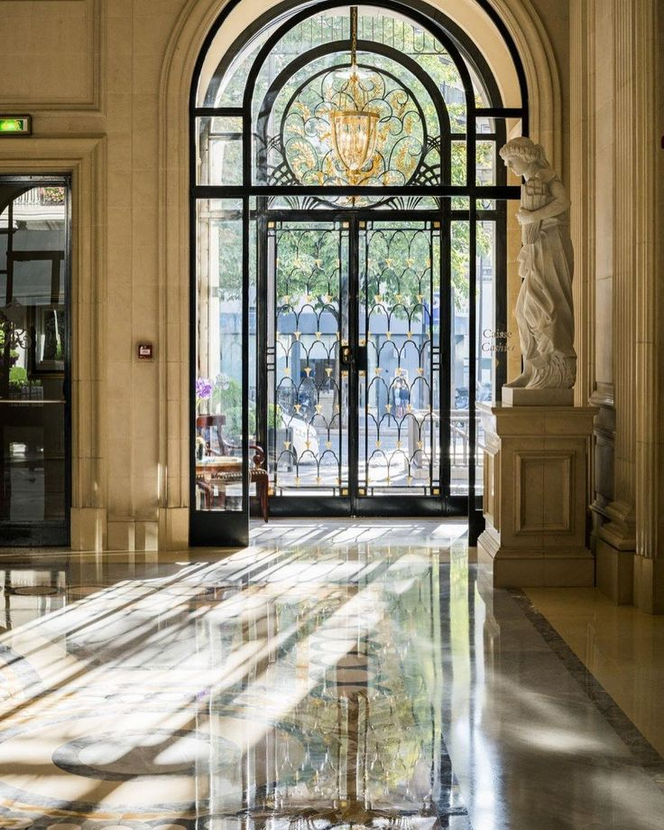 When #Paris is rainy as today, we can't stop thinking about summer last rays in our lobby... #fsparis #georgeV #palace #parisjetaime #luxury #chasinglight @ annstreetstudio