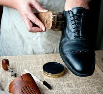 革靴のお手入れで大事なことは、「汚れを落とし、革に栄養を与えること」だそうで、日ごろのお手入れが靴の寿命を延ばすのだそう。お気に入りの革靴を長く履くためには、普段からのお手入れが大事です。週に1回はクリーナーで汚れを落とし、靴を磨いておくことをおすすめします。