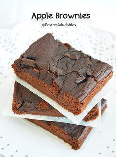 Brownie de manzana Ingredientes 2 manzanas rojas trituradas -medianas y sin cáscara- 2 cditas de levadura -polvo para hornear- 2 cdas de cacao desgrasado y sin azúcar añadido 6 cdas de harina integral o de harina de avena (tamizadas) 1 cdita de vainilla líquida 2 cuadtritos de chocolate para fundir 70% cacao o chispas de chocolate 1 g de stevia ( endulza con tu edulcorante regular al gusto, hasta que esté como te gusta) Nueces en trocitos.