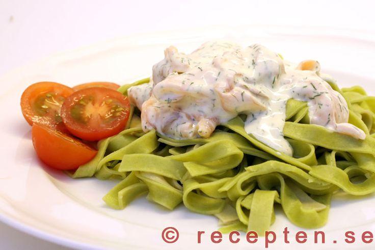 Gravlaxpasta - Mycket enkelt recept på pasta med en god och enkel sås med gravad lax, crème fraiche m.m. Klart på 10 minuter.