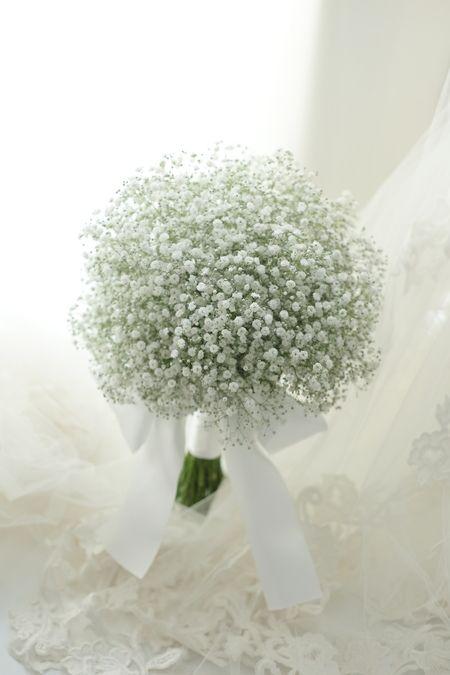 クラッチブーケ かすみそうだけで アニヴェルセルみなとみらい様へ : 一会 ウエディングの花