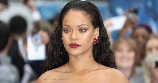 Sublime, Rihanna dévoile sa poitrine dans une longue robe rouge