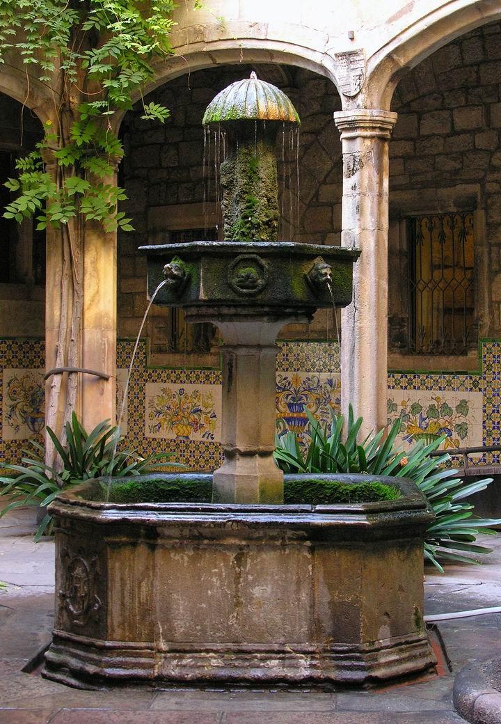 Casa de l'Ardiaca Barcelona fountain