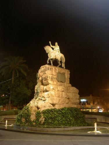"""Estatua Jaume I - Estatua ecuestre de Jaume I situada en la Plaza España. Dicha estatua data del 20 de enero de 1927 y se puede leer debajo de ella la frase """"Mallorca al conquistador"""" y junto a la frase, el escudo de Mallorca. --------------------------------------------------------------------------- [b]COMENTARIO[/b] Ya se sabe mas cosas referente a los conciertos! Gracias a cris_sirc por pasarme la Web donde anuncian cosas sobre dichos conciertos. Mientras no sea oficial (que para mi eso…"""