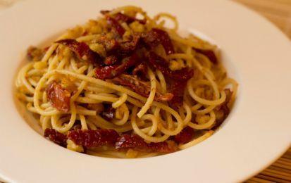 Insalata di pasta fredda con pomodori secchi - Ecco la ricetta dell'insalata di pasta fredda con pomodori secchi: un primo piatto estivo dal sapore deciso.