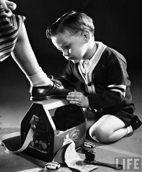 Walter Sanders - A little boy with a toy shoeshine kit, 1953.