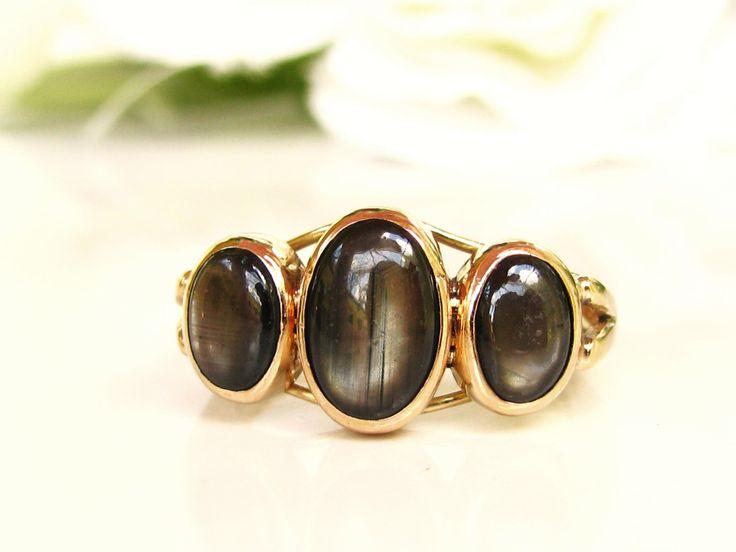 Antiguo Negro zafiro de estrella tres piedra anillo 14K amarillo anillo de LadyRoseVintageJewel en Etsy https://www.etsy.com/es/listing/467357805/antiguo-negro-zafiro-de-estrella-anillo