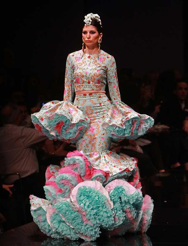El diseñador cordobés ha presentado su colección «La Vie en Rose», dominada por una estética ultra femenina y sensual, con siluetas entalladas y grandes volúmenes en hombros y volantes. (Foto: Rocío Ruz)