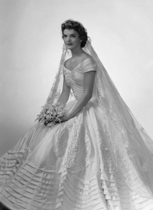 La realizzazione dell'abito viene affidata ad Ann Lowe, stilista afro-americana già impegnata nel disegnare abiti da sposa per l'aristocrazia newyorchese.http://www.thedress.it/2096/le-nozze-dei-kennedy-parte-1-bob-jfk-jackie-o/