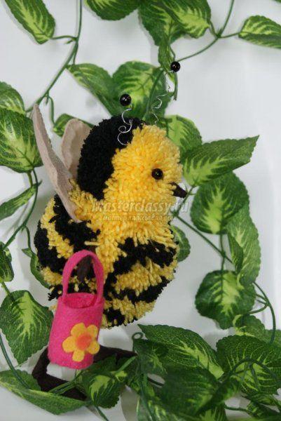 Поделки из помпонов. Пчела. Мастер-класс с пошаговыми фото