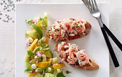 Marinerede rejer og kulørt salat