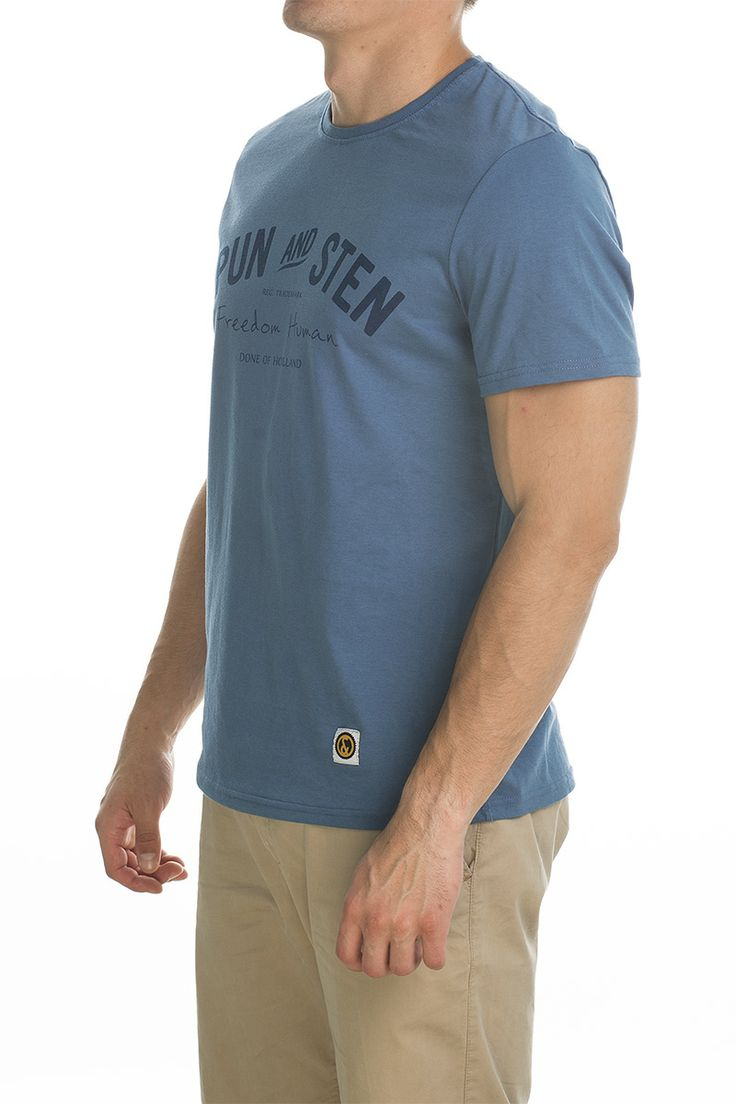 T-shirt main; blue sky.