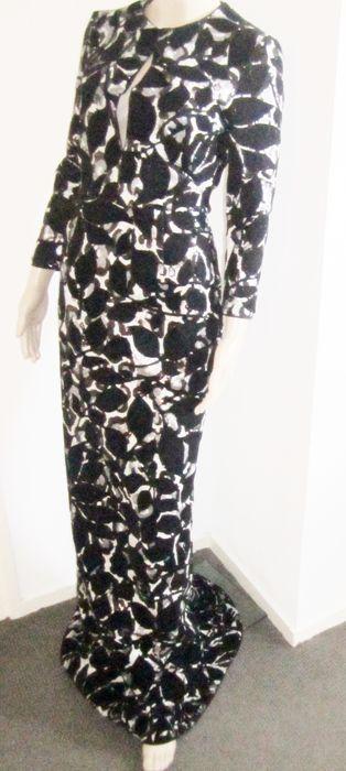 Just Cavalli- designer haute couture lovertjes sleep gala jurk nieuw met labels najaar  Mooie galajurk helemaal met print van lovertjes wat natuurlijk glimt de jurk is erg lang en behoort toe aan een lange slanke dame.(meet je maten) Winkelwaarde 90450 en is vorig weekend ingekocht. Er kan hier en daar een draadje uitsteken dit is nieuwigheid en kan je gewoon afknippen zelf kijk ik de gehele jurk na voor hij de deur uit gaat. De jurk is helemaal gevoerd ter bescherming van de lovertjes…