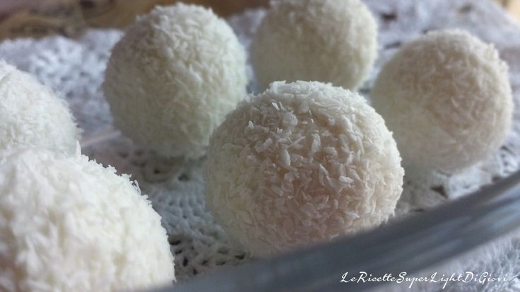 fiocchi di neve palline ricotta e cocco light snowflake light coconut ricotta truffles Frozen party maybe?