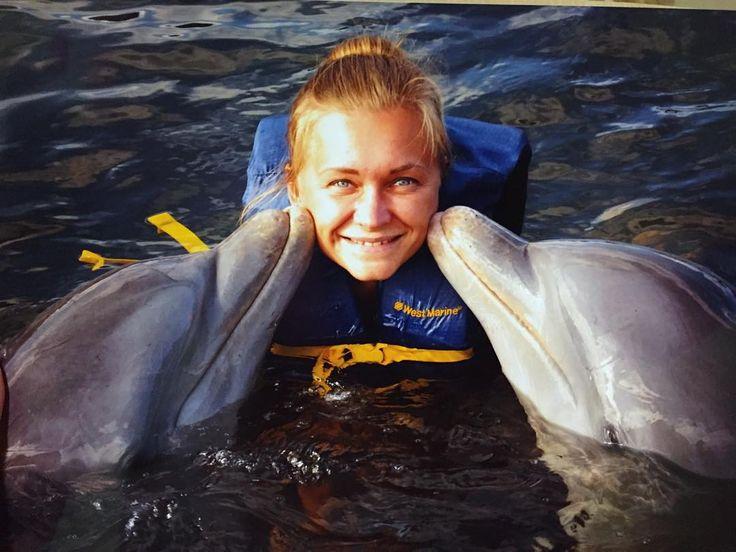 Сбылась ещё следующая мечта! Поплавать с дельфинами) божечки какое же это чудо! Какие замечательныеумные животные! Самое главное здесь они толстыевесёлыеразговорчивые игривые и слегка вредные) приносят поиграть листикифырчат кувыркаются. Короче у меня одни розовые слюни  #путешествие #куба #варадеро #ДЕЛЬФИНЫ #cuba #varadero #ноябрь2015 by baturkina