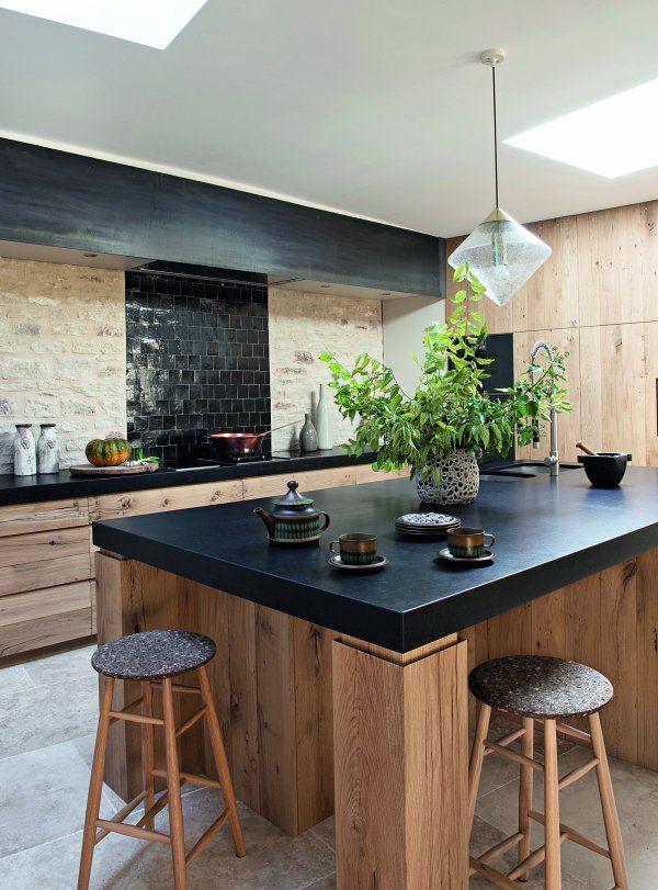 Une cuisine en bois et pierres