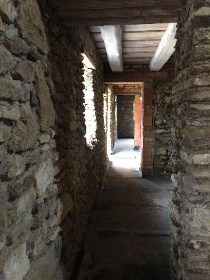 Folytatjuk a belső munkákat... már betonon járhatunk, éljen! :)