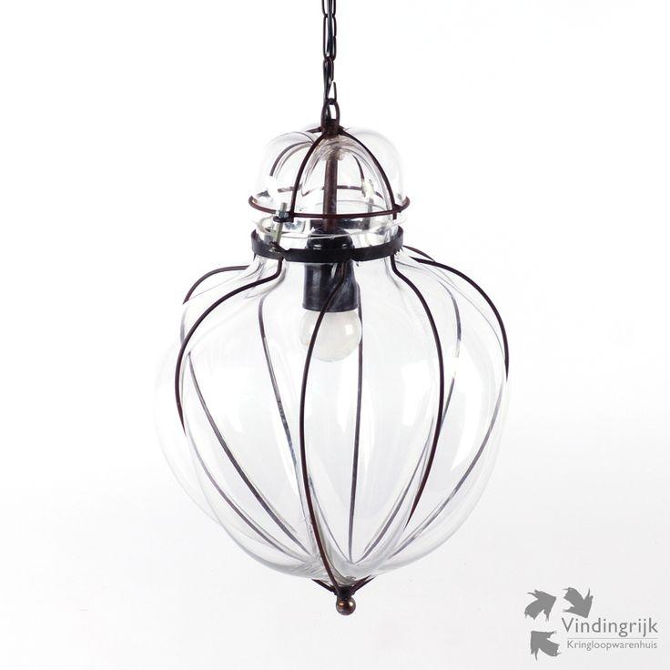 Mooie grote glazen hanglamp. De plafondlamp bestaat uit een metalen frame waarin het glas geblazen is wat zorgt voor een bijzondere vorm. De lamp is reeds voorzien van een grote fitting (E27). Zal prachtig staan in uw woonkamer, huiskamer of in de hal. verlichting lamp lampen