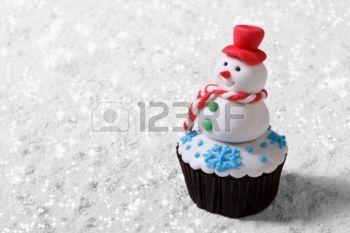 Cupcake pupazzo di neve di Natale sulla neve bianca orizzontale photo
