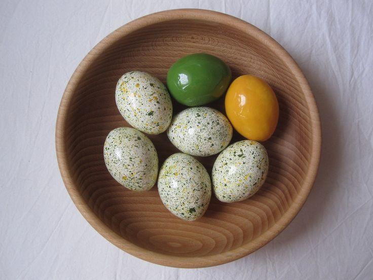 kropenaté zeleno žluté Keramické vajíčko obvyklé velikosti neobvyklé trvanlivosti. Je duté a štěrkají v něm kuličky - že by kuřátko ??? Má dvě dírky, kterými se dá protáhnout háčkem stuha a zavěsit nebo dát na špejli jako zápich do květináče. Vhodné jako domácí i ...