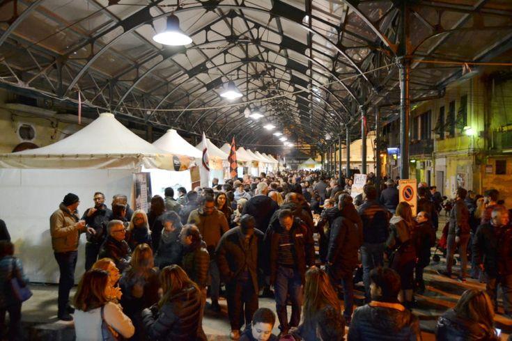 Libando, viaggiare mangiando tra tavole rotonde, visite alla città ed esplosioni di festa