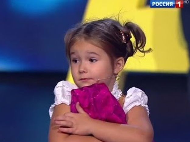 Umur 4 tahun tapi fasih 7 bahasa! Sampai juri pun terlopong   MOSCOW  RUSIA. Si cilik yang hebat! Itu sahaja gambaran yang sesuai diberikan kepada seorang kanak-kanak yang kini viral kerana kepetahannya bercakap fasih 7bahasa.  Menurut Malaysian Digest Angelina Bella Devyatkina 4 atau Bella berasal dari Moscow Rusia menjadi popular ketika menghadiri uji bakat sebuah rancangan.  Umur 4 tahun tapi fasih 7 bahasa! Sampai juri pun terlopong  Dalam ujibakat itu Bella menjawab soalan dalam bahasa…