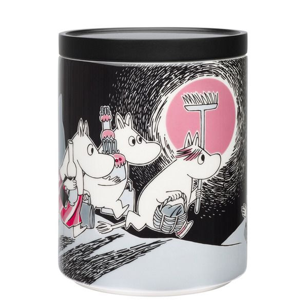 The Adventure Move jar by Arabia from 2013 features a famous motive from Moomintroll and the comet. Arabia artist Tove Slotte-Elevant has designed this delightful Moomin object keeping with the original drawings.