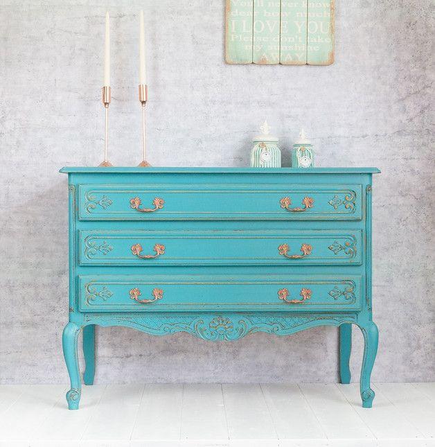 **_Eine wunderschöne Vintage Kommode - hochwertig und mit viel Liebe im Shabby Chic Stil restauriert._**  Du suchst ein Möbelstück mit ganz besonderem Charme? Dann ist diese Kommode das Richtige:...