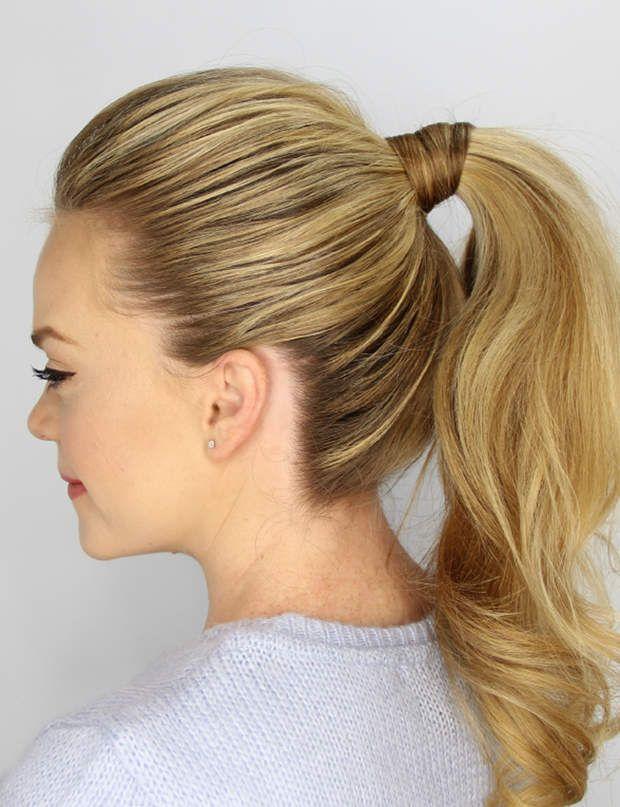 Une queue-de-cheval Réalisez une queue-de-cheval classique et recouvrez son attache avec une fine mèche de cheveux
