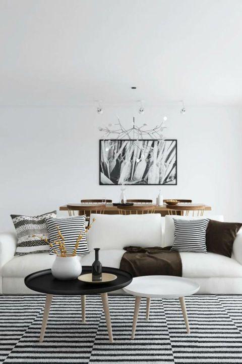 Een gestreept kleed brengt een geheel witte ruimte om te leven.