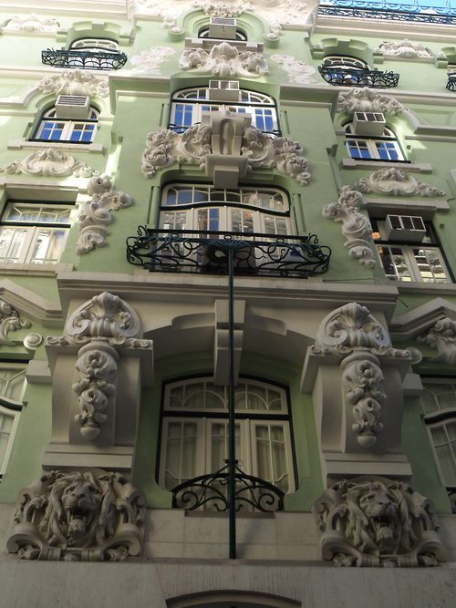 Detailed windows, plus the colors, make every corner of #Lisbon a new discovery worth a picture!