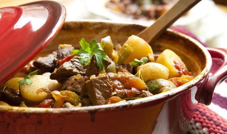 Μια απλή συνταγή για μοσχάρι που ψήνεται σιγά-σιγά στη γάστρα με πατατούλες και λαχανικά, δίνοντας ένα πιάτο χορταστικό και δυναμωτικό.