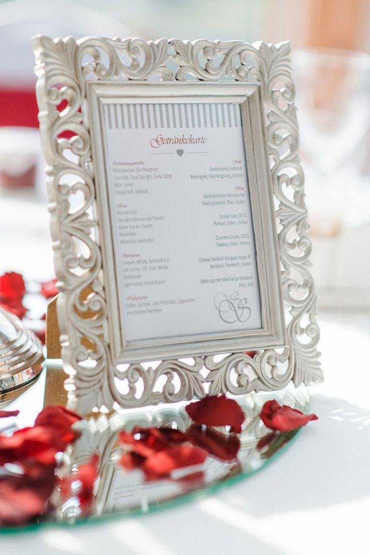 Getränkekarte bei der Hochzeit in Silber und Bordeauxrot. Foto: http://weddings.lauramoellemann.de