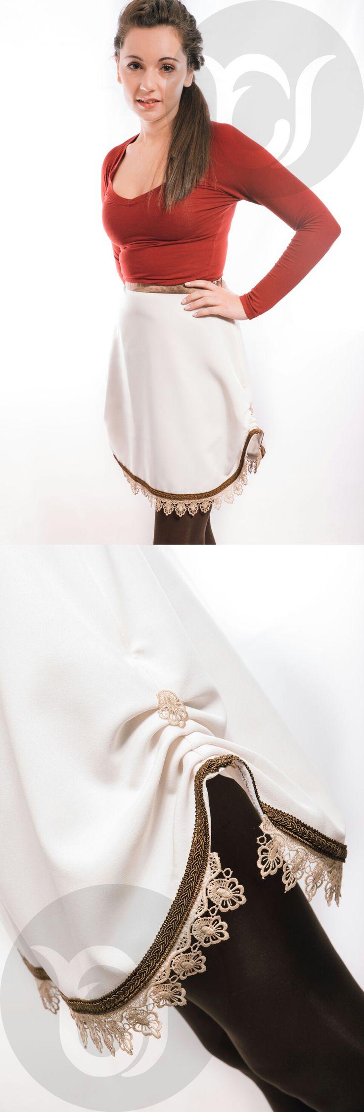 Falda de corte campana con drapeados laterales, cinturilla de seda con goma en su interior para mejor adaptación al cuerpo, y rematada con pasamanería y puntilla de guipur. Inspirada en los dorados años 20