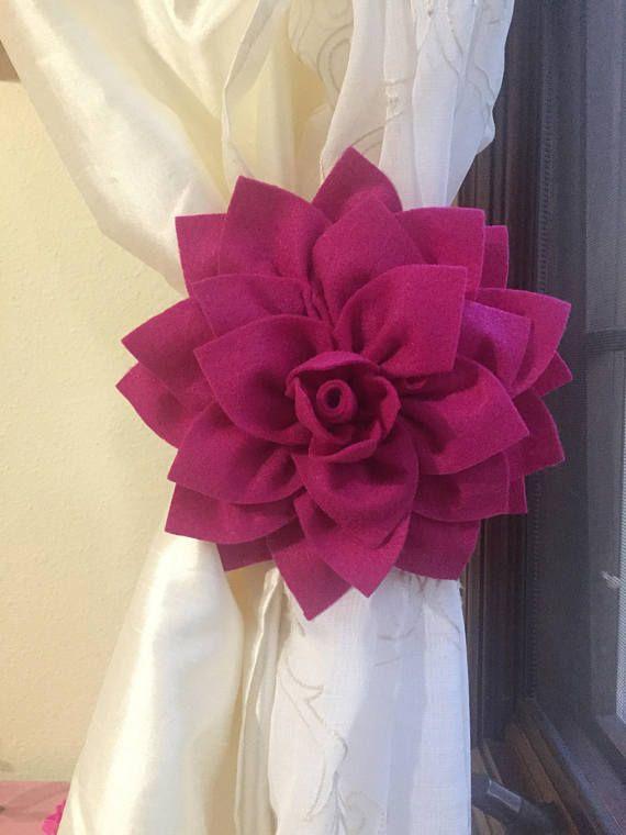 Este tieback de la cortina de flor aporta elegancia a cualquier habitación!  Contenido: Este anuncio viene con 1 (un) tieback de la cortina de Dalia fucsia. La flor es cerca de 7 en diámetro y 1,5 de espesor. Tiene un lazo en la espalda para pasar la cinta a través de (que lo hace todo más fácil si usted necesita reemplazar o cambiar la cinta!). Viene con una cinta transparente blanco 1,5 yarda para atar la cortina. Fácilmente tiene la cortina por sí mismo (sin agujeros en sus paredes!). En…