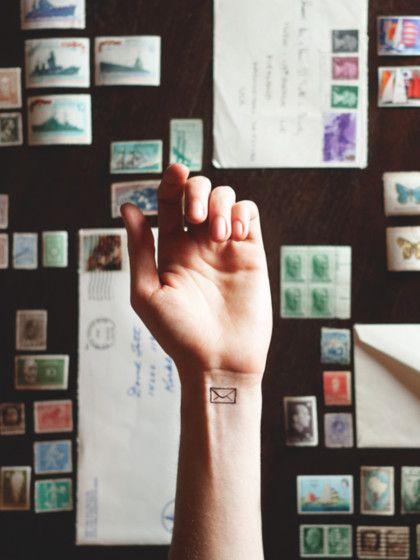 Die Mindestgröße für die beliebten Mini-Tattoos beträgtca. 1 cm x 1 cm. Solche kleinen Motiveeignen sich perfekt füralle, die Tattoos mal ausprobieren möchte, bevor sie sich an eine größere Tätowierungwagen.