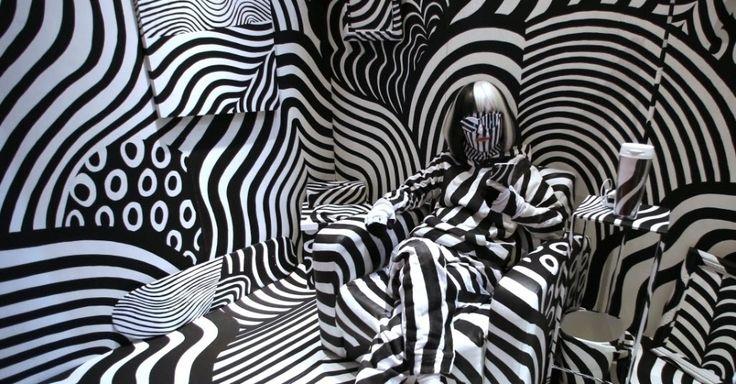 """Modelo integra a instalação de arte """"sala Dazzle"""", feita pelo artista Shigeki Matsuyama, em Tóquio, no Japão. O artista se baseou em técnicas de camuflagem usadas na Primeira Guerra Mundial"""
