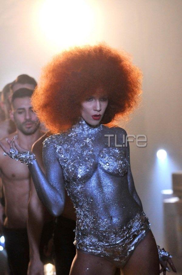 Αγνώριστη η Κ. Στικούδη στο νέο της video clip! Εμφανίζεται γυμνή και με ανατρεπτικό look στα μαλλιά - Tlife.gr