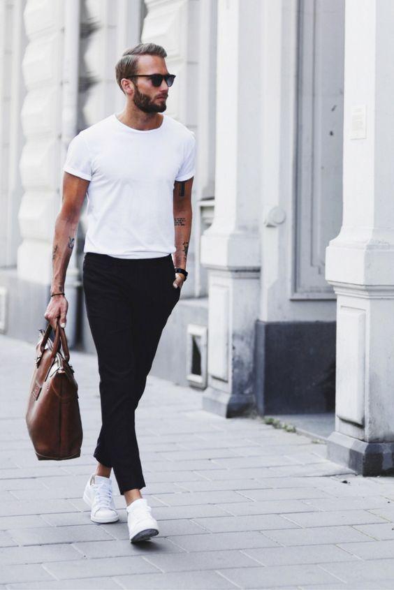 Camiseta para dentro da Calça. Macho Moda - Blog de Moda Masculina: Camiseta por dentro da Calça, você usaria? Moda Masculina, Roupa de Homem, Moda para Homens, moda masculina 2017, Calça Preta, Camiseta Lisa Branca, Bolsa Masculina Marrom, Tênis Branco