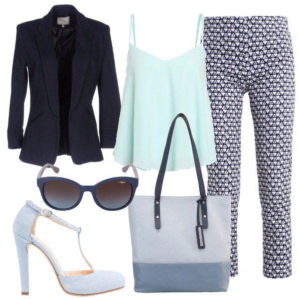 Pantaloni+blu,+modello+slim,+a+vita+alta+e+fantasia+a+stampa+abbinati+ad+un+top+con+bretelline,+scollo+a+V+profondo+e+vestibilità+morbida+e+ad+un+blazer+blu+monopetto,+con+collo+con+revers.+Ho+scelto+una+borsa+a+mano+in+fintapelle+con+chiusura+con+cerniera+ed+un+paio+di+Mary+Jane+scamosciate,+con+plateau+interno,+punta+tonda+e+tacco+a+spillo.+Per+finire+un+paio+di+occhiali+da+sole+con+montatura+blu+a+forma+di+farfalla.