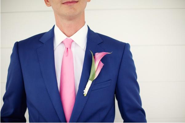 Gravata rosa e terno azul marinho