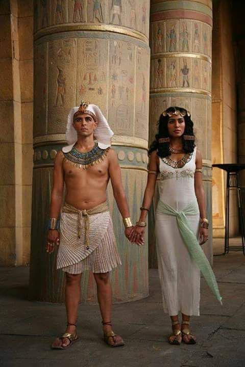 white clothes in ancient egypt was a sign of wealthiness. The whiter the clothes , the wealthier you are