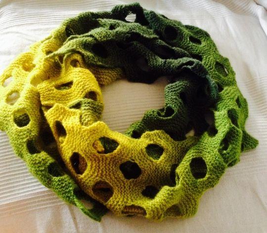 Opskrift til tubetørklæde strikket i Kauni multifarvet garn