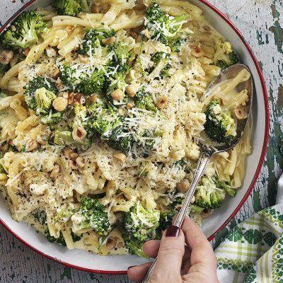 Broccolipasta med rostade hasselnötter. Självklart rekommenderar vi pasta på bönor eller linser samt växtbaserad grädde.