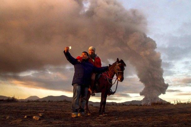 31. Dezember 2015. Auf der indonesischen Insel Java nutzen Touristen die eindrucksvolle Kulisse des Vulkans Bromo zu einem letzten Selfie im alten Jahr.